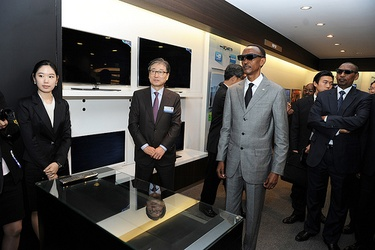 President Paul Kagame on a tour of Samsung's facilities