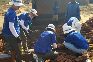 Samsung volunteers build homes in Malawi